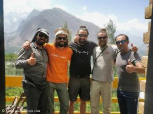 Felix Berg (2.v.r.), Ali Mirza (3.v.r.) und die drei deutschen Bergsteiger des Teams