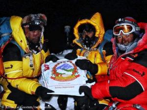 Die Vermesser Khim Lal Gautam und Rabin Karki mit Tshiring Jangbu Sherpa (v.l.n.r.)
