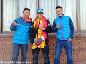 Tenji Sherpa (l.) and Vinayak Jay Malla (r.) with Nirmal Purja