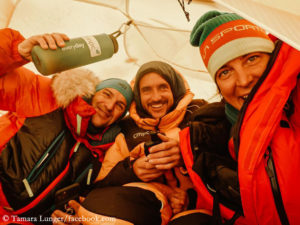 Tamara Lunger (r.) in the tent with Juan Pablo Mohr and Sergi Mingote (l.)