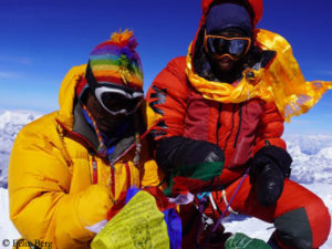 Felix Berg (r.) and Renji Sherpa (l.) on the summit of Mount Everest